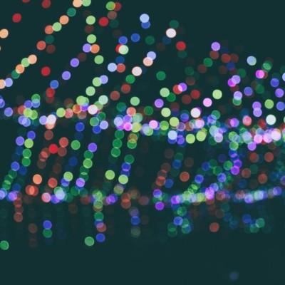 感動のショー!!夜空を映し出すドローンの光