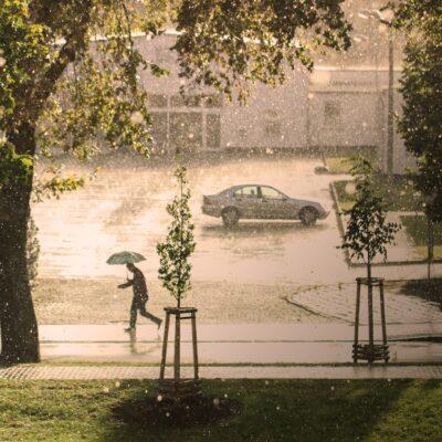 雨の日でもドローンは飛ばせる!災害時にドローンの活躍も期待♪