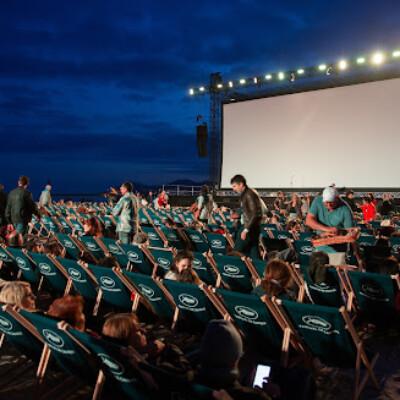 夜空がスクリーン!?ドローンライトショーで野外映画上映会
